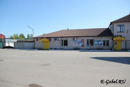 Справа вход в магазин стройматериалов, слева - продуктовый магазин