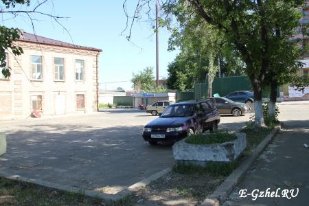 Территория завода и магазинчик вдалеке