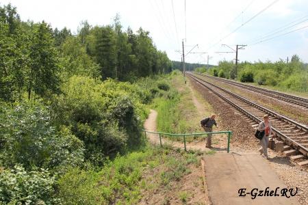 Тропинка с платформы поездов от Москвы
