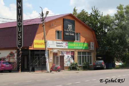 Магазины у клуба