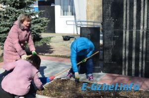 Уборка памятников односельчанам, павшим в боях Великой Отечественной войны