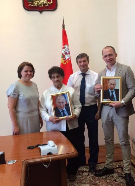 Житель Гжели получил портрет Владимира Путина с его автографом.